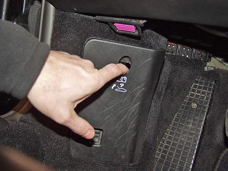 jump_starting_996_ 2?w=300&h=225 porsche carrera 911 996 \u201cdead battery & locked hood\u201d solution 2002 Porsche 911 Turbo at bakdesigns.co